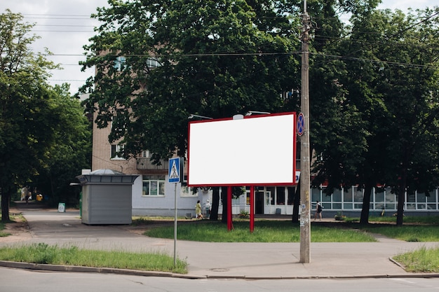Leeg reclamebord in de stad