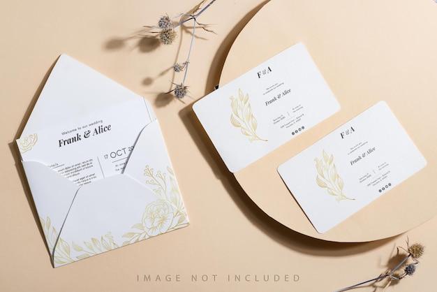 Leeg wit papier en envelop mock up op beige achtergrond.