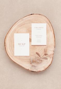 Leg twee visitekaartjes mockup plat en natuurlijke elementen voor bedrijfspresentatie