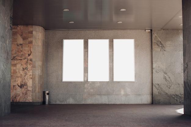 Lege billboards op een muur in een gebouw