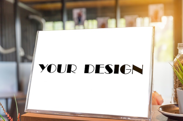 Lege flyer mockup glas plastic transparante houder poster display in coffeeshop