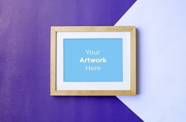 Lege foto houten frame mockup design op paarse papier achtergrond