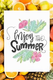Lege hoes mockup omringd door vers fruit
