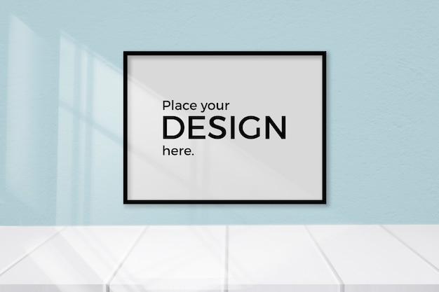 Lege ruimte met een bewerkbaar frame op een blauwe muur