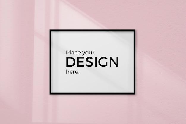 Lege ruimte met een kadermodel op een roze muur