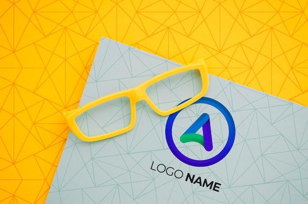 Lente de marco amarillo con nombre del logotipo de la empresa