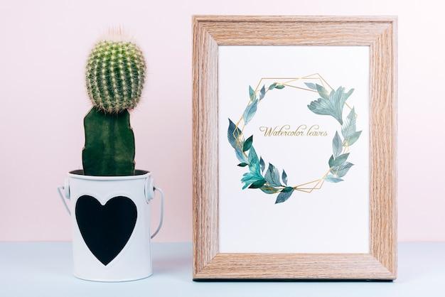 Lente mockup met houten frame en cactus