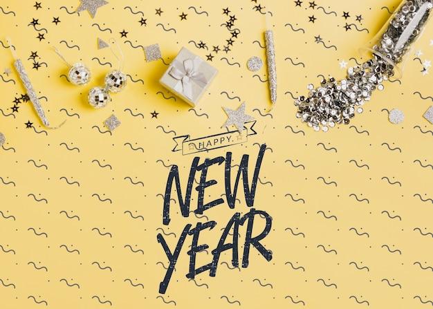 Letras de año nuevo con decoración festiva.
