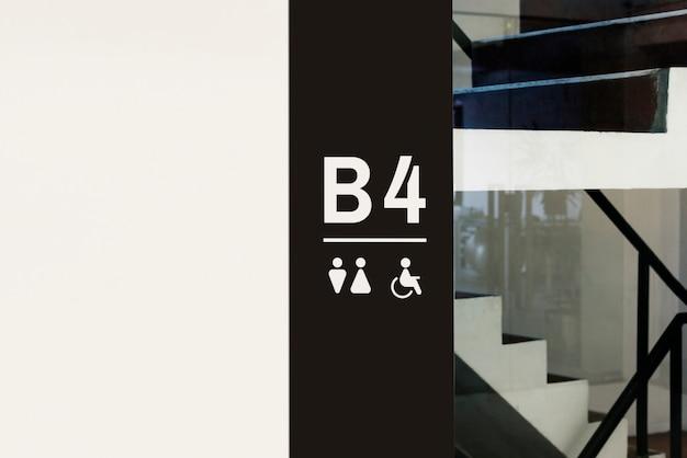 Letrero dentro de un edificio moderno.