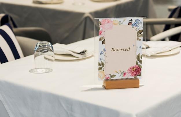 Letrero reservado enmarcado en la mesa