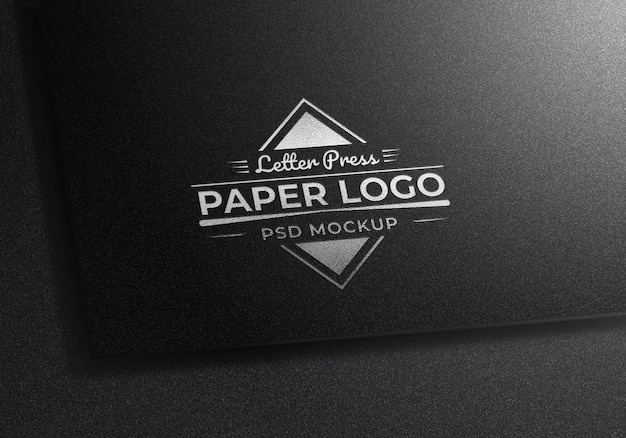 Letter press silver logo mockup en papel negro con textura