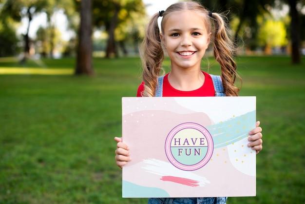 Leuk jong meisje met inspirerend bericht