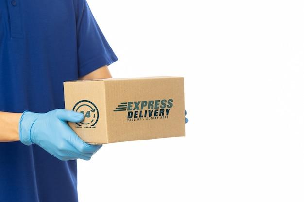 Levering man hand met kartonnen dozen mockup