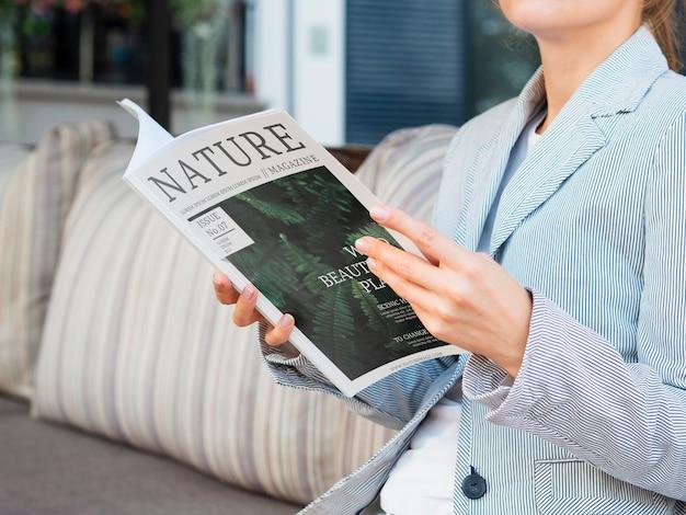 Lezing met tijdschrift over de natuur