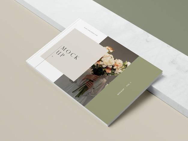 Libro de alta vista con flores y maqueta de revista editorial sombra