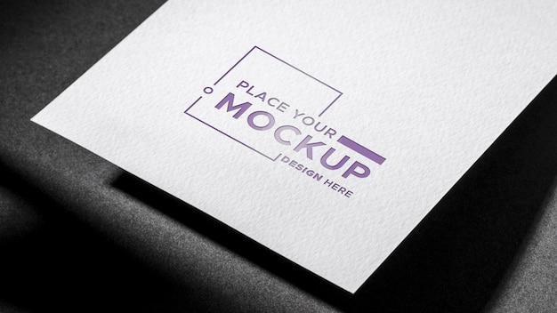 Libro blanco maqueta de tarjeta de visita fondo oscuro