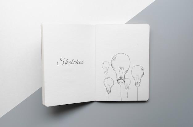 Libro de bocetos sobre fondo bicolor