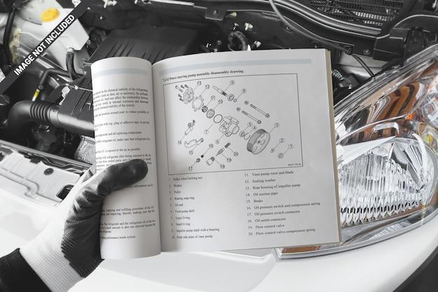 Libro cuadrado abierto en la maqueta de mano mecánica