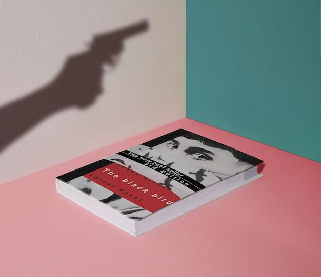 Libro del crimine di alta vista e sagoma di una pistola