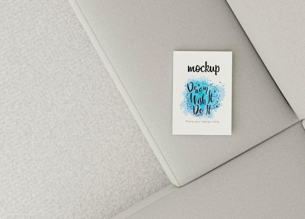 Libro di vista superiore mock-up sul divano