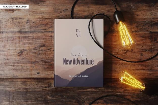 Libro con lámparas en estilo vintage en la maqueta de mesa. PSD Premium