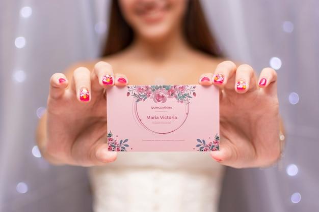 Linda chica celebrando su dulce tarjeta de invitación quince
