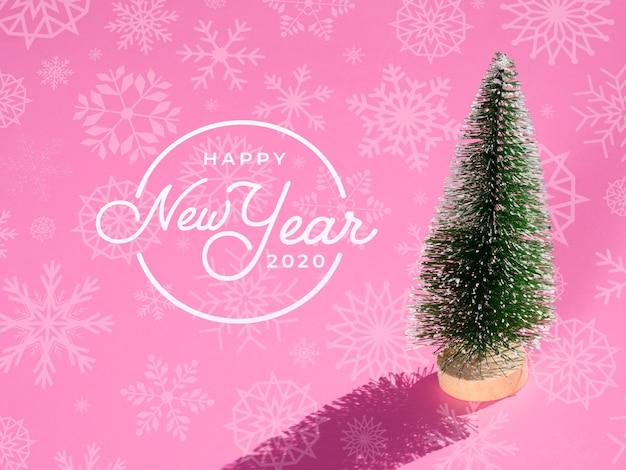 Lindo árbol de navidad en miniatura con sombra alta vista