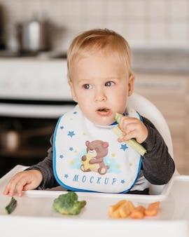 Lindo bebé comiendo solo