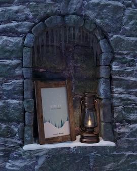 Linterna y marco en chimenea