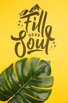 Llena tu alma viajando, lettering con hoja de palma tropical