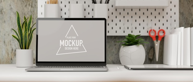 Loft tiener werkkamer met geopende laptop kleine plantenboeken op tafelplank op betonnen zoldermuur