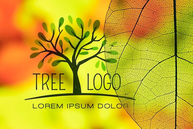 Logo de árbol con hojas translúcidas