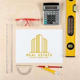 Logo immobiliare con attrezzatura