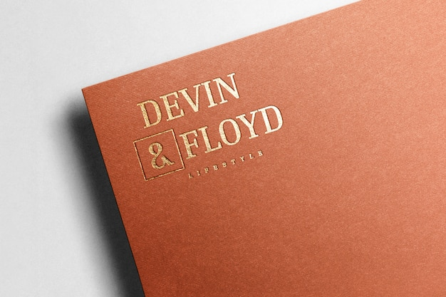 Logo maqueta papel marrón dorado