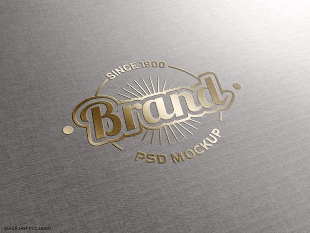 Logo met gouden effect op stoffentextuur