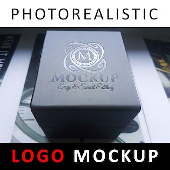 Logo mock-up - gegoten logo op plastic doos