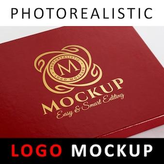 Logo mock-up - goudfolie stempelen logo op rode sieraden doos