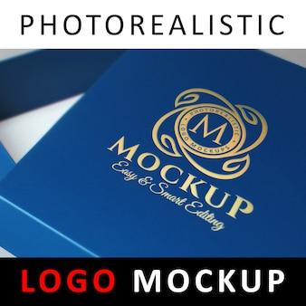 Logo mock up - goudfolie stempelen op blauwe sieradendoos