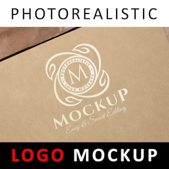 Logo mock up - logotipo blanco en papel kraft