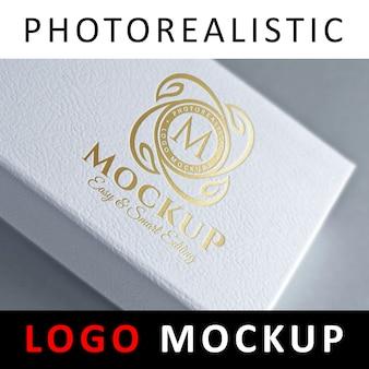 Logo mock up - logotipo de estampado de foil en caja blanca