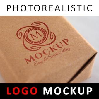 Logo mock-up - rood logo gedrukt op doos met verwrongen doos van kraftpapier