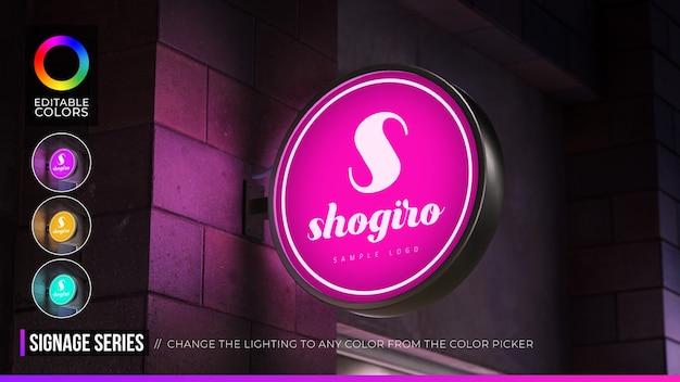 Logo mockup cirkelvormig hangbord met bewerkbare kleur in nachtomgeving