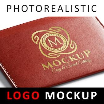 Logo mockup - embleem met gouden inscriptie op rode lederen portefeuille