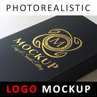 Logo mockup - golden foil-logo op zwarte kartonnen doos