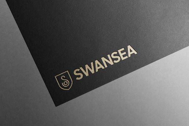 Logo mockup in carta nera oro