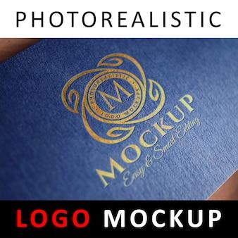 Logo mockup - inscriptie goudfolie stempelen logo op blauwe getextureerde kaart