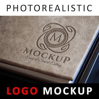 Logo mockup - logo con impresso su copertina in pelle