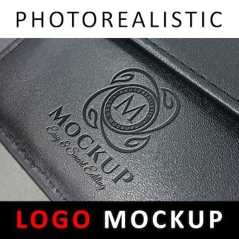 Logo mockup - logo met reliëf op zwarte lederen hoes