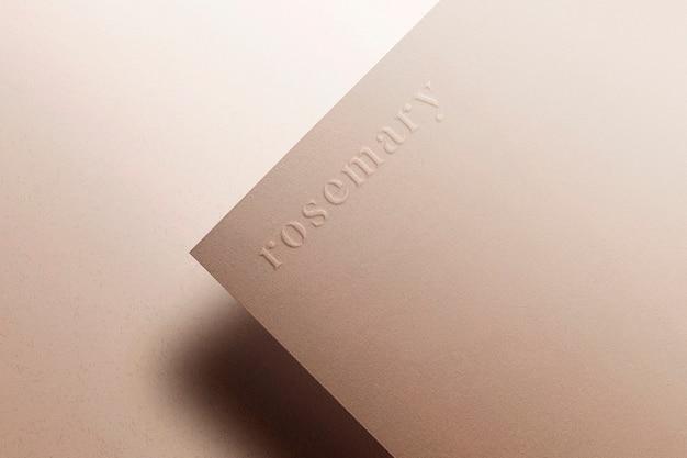 Logo mockup marrone carta in rilievo