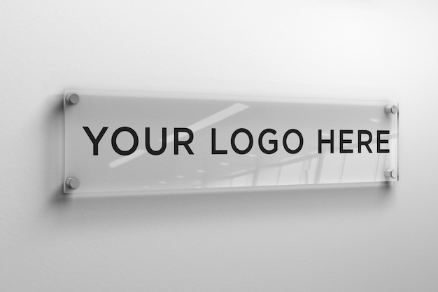 Logo mockup op een rechthoekige glazen plaat aan de muur